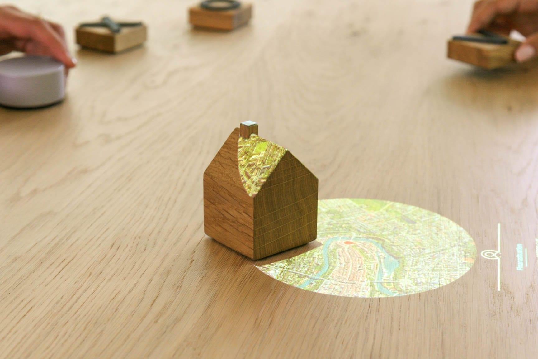 Zeigt ein kleines Holzhäuschen, aufgrund dessen der Sensor erkennt, dass er Googl Maps anzeigen soll. Auf der Karte der Standort der Immobilie angezeigt, die finanziert werden soll.