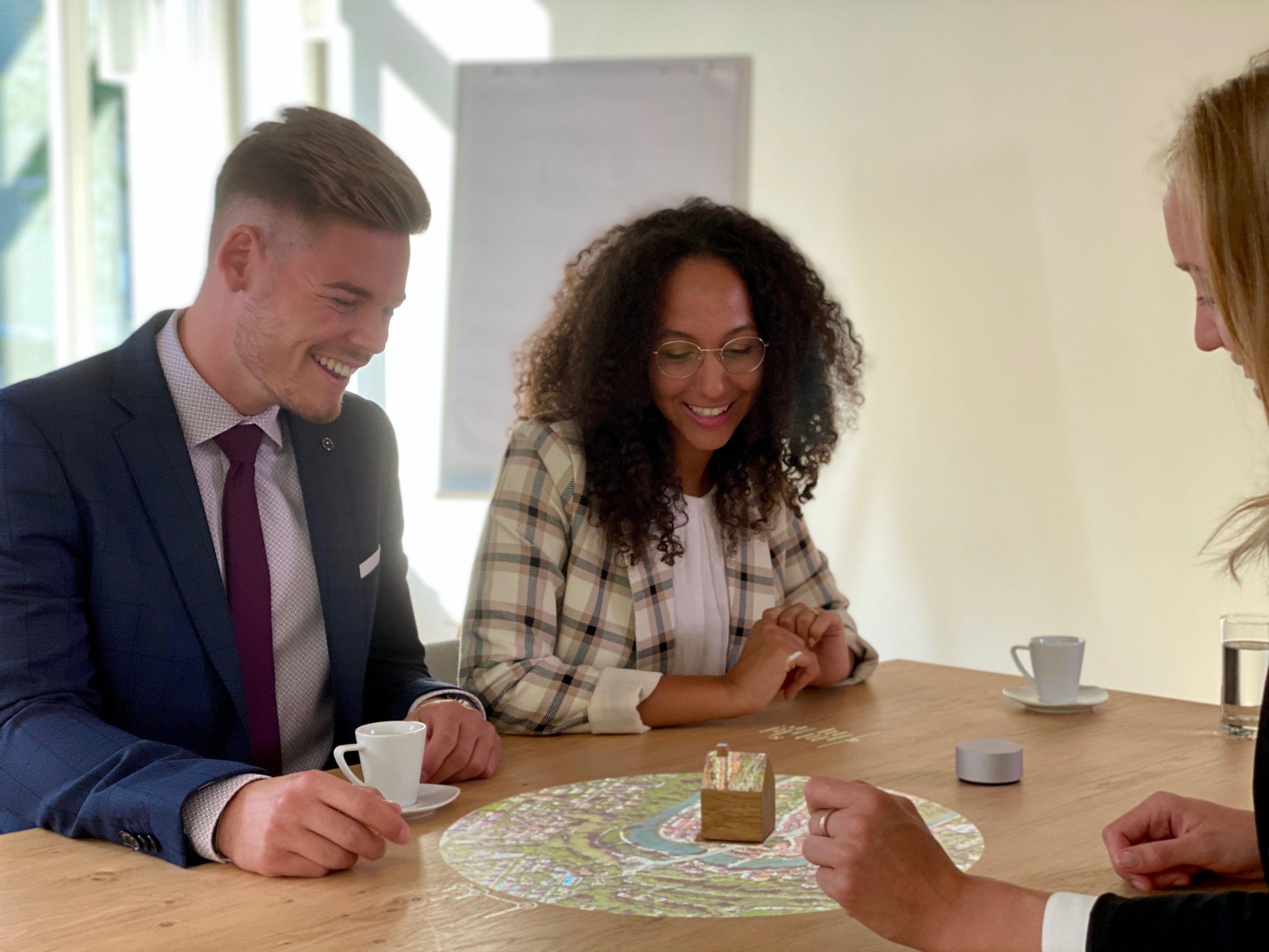 Zeigt zwei Menschen im Finanzierungsgespräch mit der neuen interaktiven Beratungsplattform Lusee